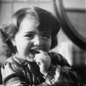 #portraitchinois Cette fin d'année, nous souhaitions vous présenter les membres de l'équipe Bernard Cassière qui contribuent au quotidien à vous proposer des produits cosmétiques naturels, de qualité, et Made In France. Pour rendre la chose plus sympa, on vous les présente petits (car ils étaient franchement plus beaux à cette époque-là ;-)) ! On commence aujourd'hui par Céline, notre Responsable de marque, qui développe également les produits et la communication… Voici ses réponses aux questions de notre portrait Chinois :   ✨Si j'étais un actif Bernard Cassière : l'anogeissus leocarpus (pour le plaisir de vous entendre le dire ^^) ✨Si j'étais une fête : la Chandeleur ✨Si j'étais un super pouvoir : faire des tours de magie en bougeant mon nez, comme Samantha! ✨Si j'étais une boisson : le gin fizz ✨Si j'étais le dernier plat que j'ai mangé puis regretté : des abalones (sorte de mollusque, fruits de mer) mangés lors d'un séjour en Asie ✨Si j'étais une gamme Bernard Cassière : la gamme peau parfaite au Yuzu • This end of the year, we would like to introduce you to the members of the Bernard Cassière team who contribute on a day by day to offer you natural, quality, and Made In France cosmetic products. To make it more funny, we present them to you when they were kids (because they were more cute when they were young, weren't they ? ;-))! We start today with Céline, our Brand Manager, who also develops products and communications ... Here are her answers to the questions :   ✨If I was a Bernard Cassière active ingredient : anogeissus leocarpus (just for fun ^^) ✨If I was a celebration : Candlemas ✨If I was a special power : to perform magic tricks moving my nose, just like Samantha does! ✨If I was a drink : gin fizz ✨If I was the last eaten and regretted meal : abalons (kind of sea food) eaten during an Asian trip ✨If I was a Bernard Cassière range : Yuzu perfect glow . . . #bcparis #bernardcassiere #beautybynature #atwork #xmascoming #portrait #portraitchinois #equipe